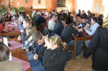 Zahraniční studenti diskutují na farmě